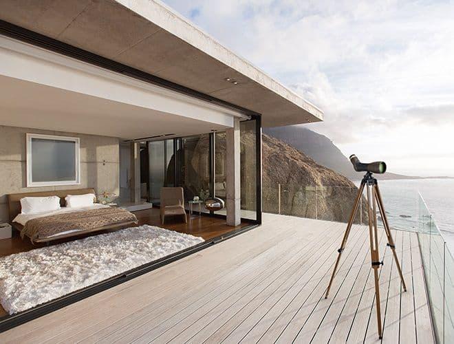 Swarovski Optik Interior con treppiede in legno in esterno